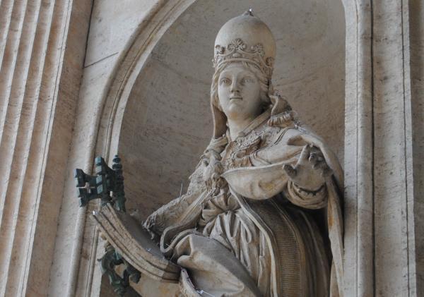 pope-joan-statue-in-rome